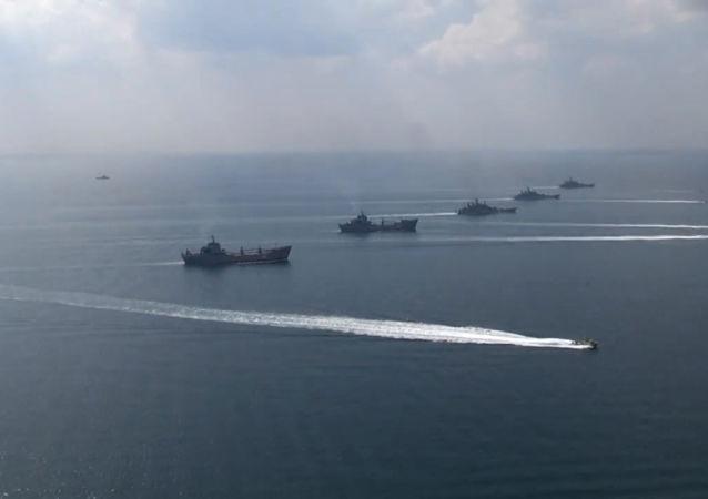 Lodě Černomořské a Kaspické flotily během cvičení Kavkaz 2016