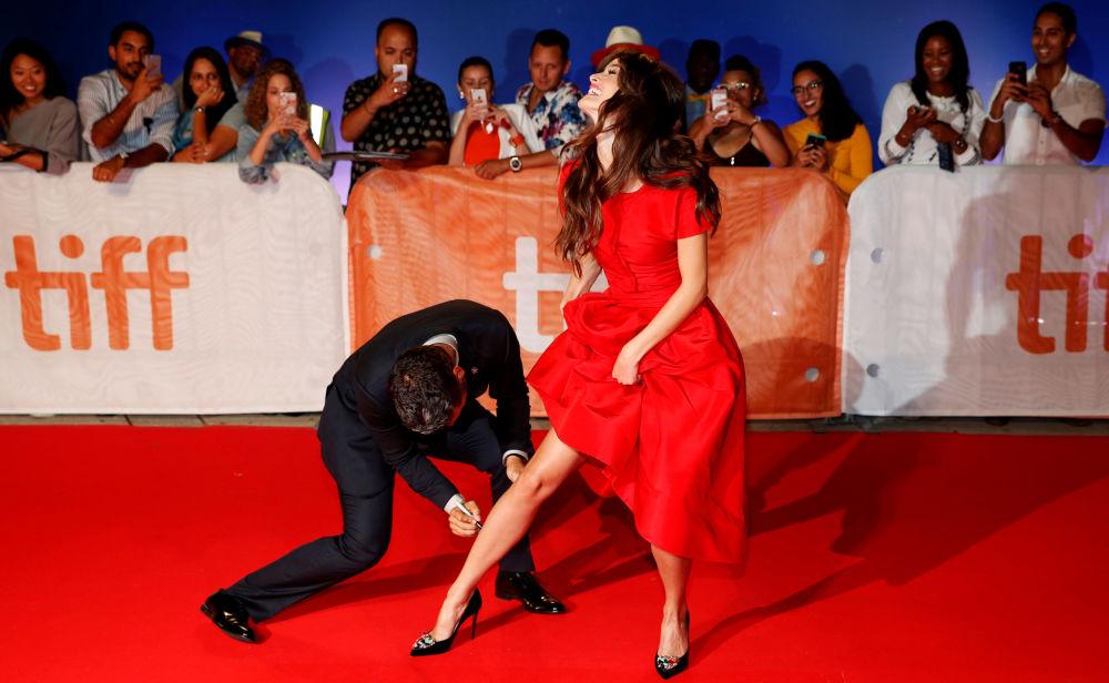 Oskar Isaac a Charlotte Le Bon na červeném koberci 41. Mezinárodního filmového festivalu v Torontu