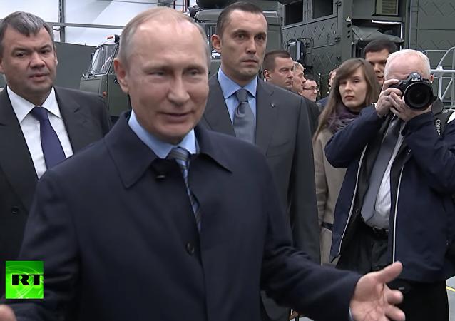 """Putin si zažertoval na adresu """"vážného"""" dělníka koncernu Kalašnikov. VIDEO"""