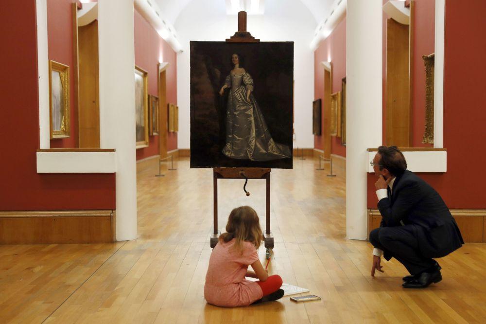 Britský kurátor Alex Farquharson a osmiletá Stella před obrazem Portrait of an Unknown Lady v britské galerii Tate