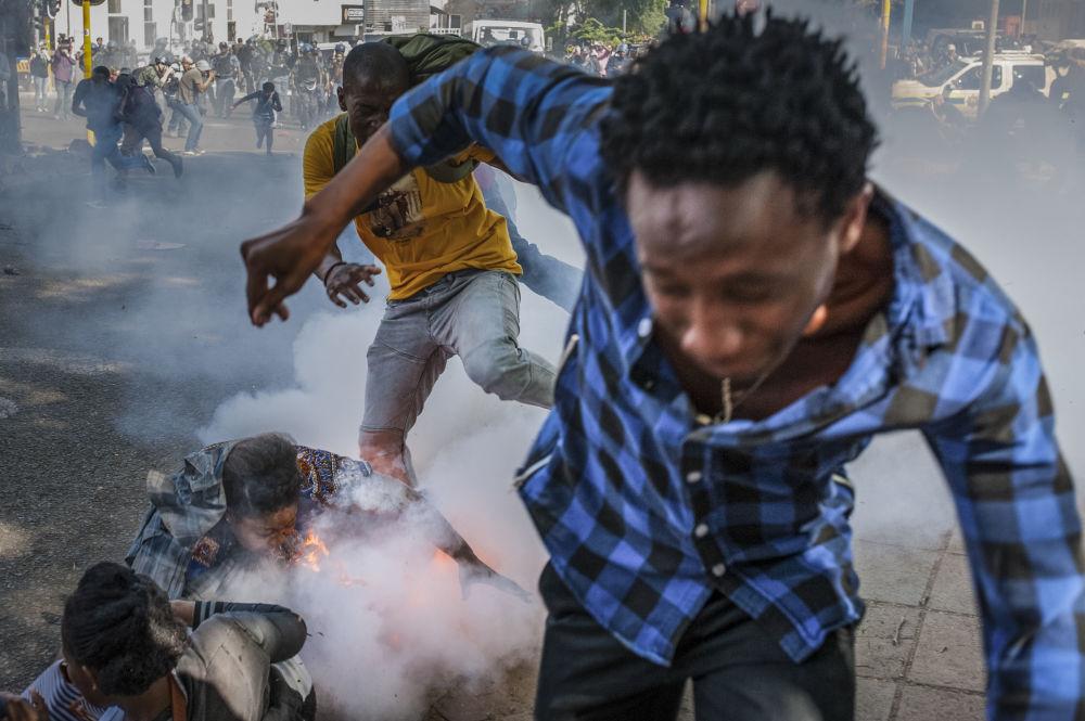Studenti univerzity Witwatersrand v Johannesburgu se snaží vyhnout gumovým projektilům, JAR