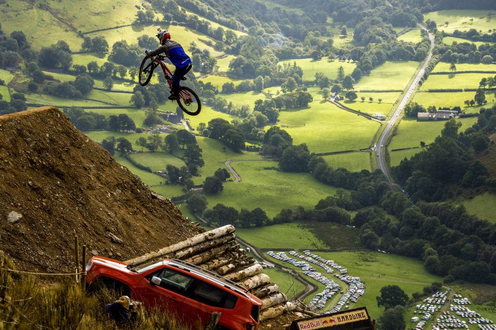 Cyklista Al Bond na mistrovství Red Bull Hardine ve Velké Británii
