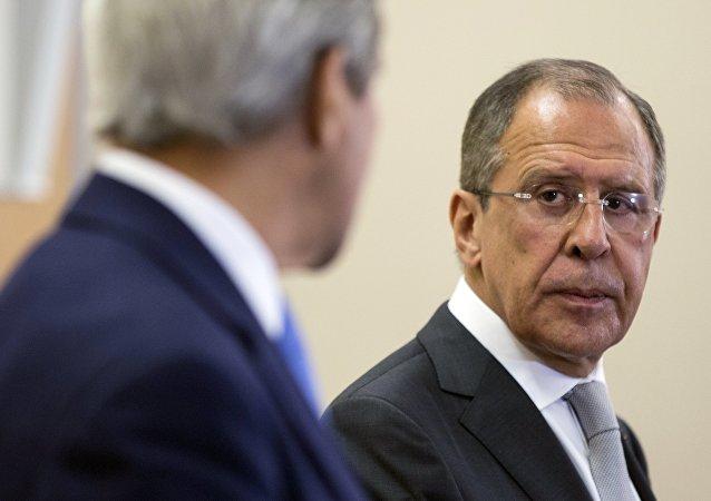 Ministři zahraničních věcí Ruska Sergej Lavrov a John Kerry