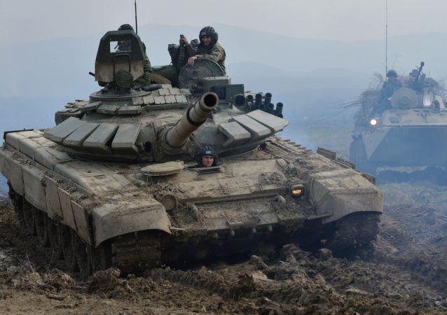 Tank T-72B3 a obrněný transportér BTR-82A během cvičení v Čečensku