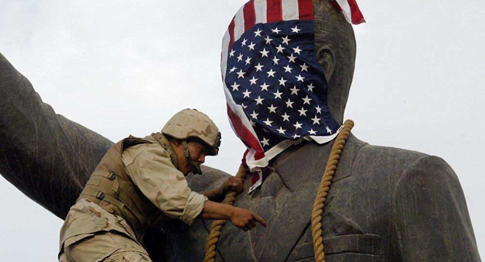 Americký voják na soše Saddámu Husajnovi