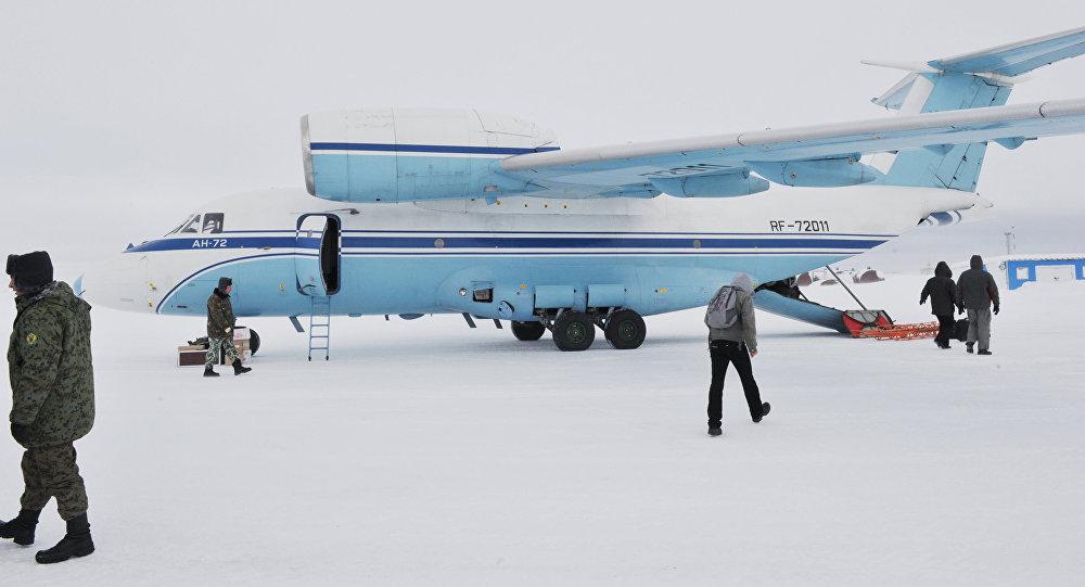 Letadlo An-72 na souostroví Země France Josefa