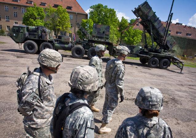 Američtí vojáci kolem komplexu Patriot na základně v Polsku