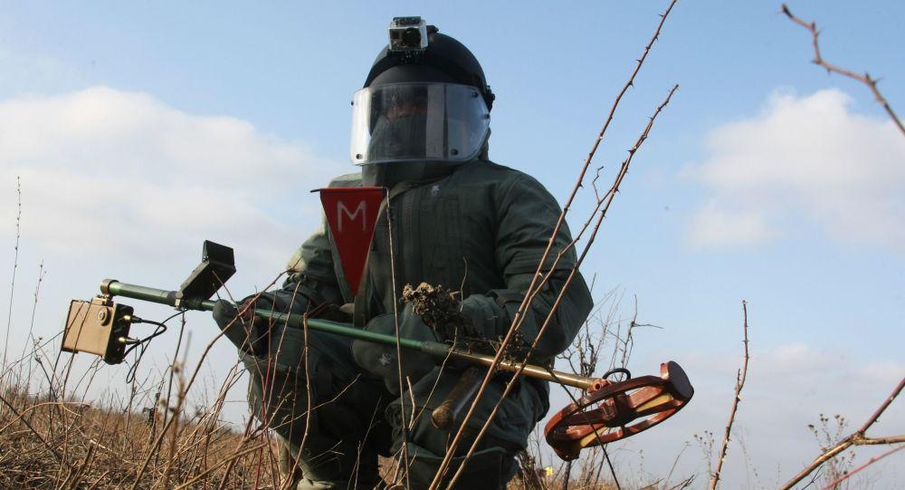 Ženista při odhalování min