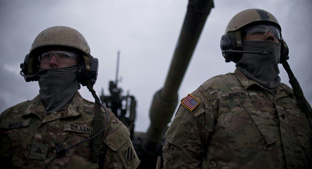 Američtí vojáci na pozadí tanku M1 Abrams
