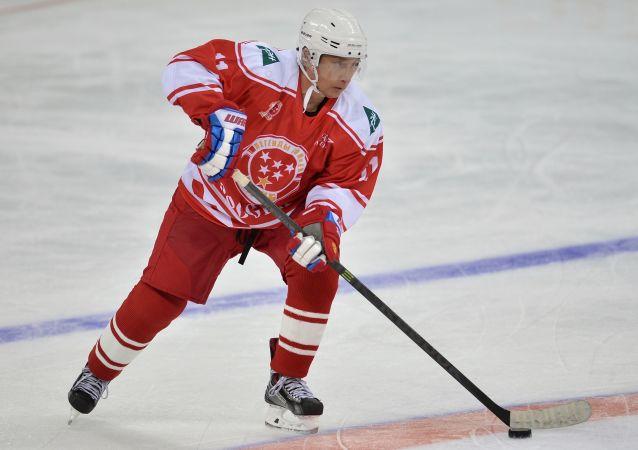 Vladimir Putin se účastní hokejového zápasu