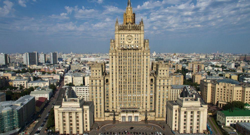 Letní pohled na budovu Ministerstva zahraničních věcí Ruska