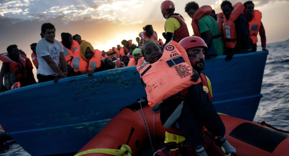 Záchrana dítěte z potápějící se lodi ve Středozemním moři, 3. říjen 2016