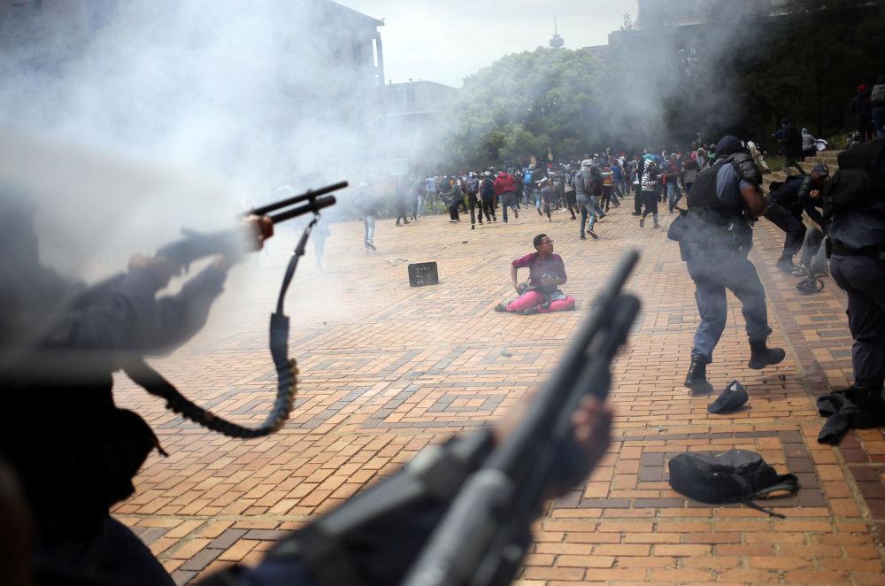 Nepokoje v Johannesburgu (Jihoafrická republika). Policie použila speciální prostředky k rozehnání studentů protestujících proti vysokému školnému a rasové nerovnoprávnosti