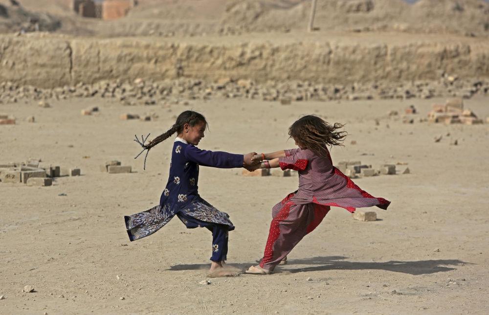 Afghánské dívky na předměstí Kábulu