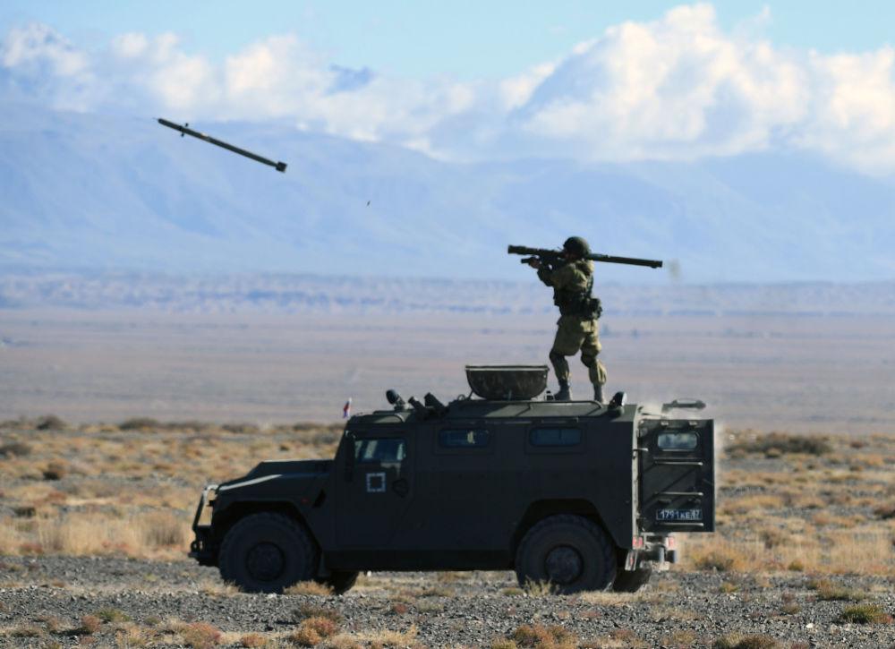 Střelba z přenosných protiletadlových systémů Igla během cvičení skupinových sil rychlého nasazení členských států (OSKB), Hranice-2016 v Kyrgyzstánu