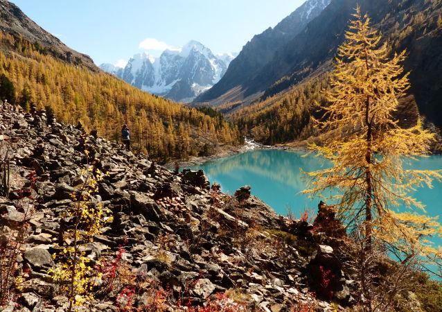Dolní Švalinské jezero v Koš-Agačském okrese Altajské republiky