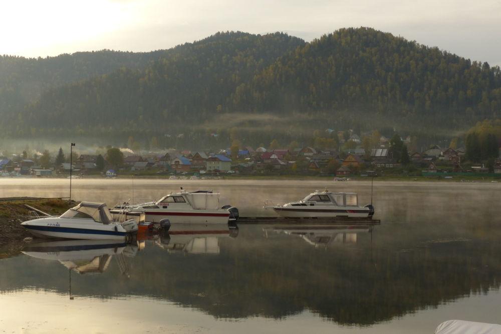 Motorové čluny na řece Bija