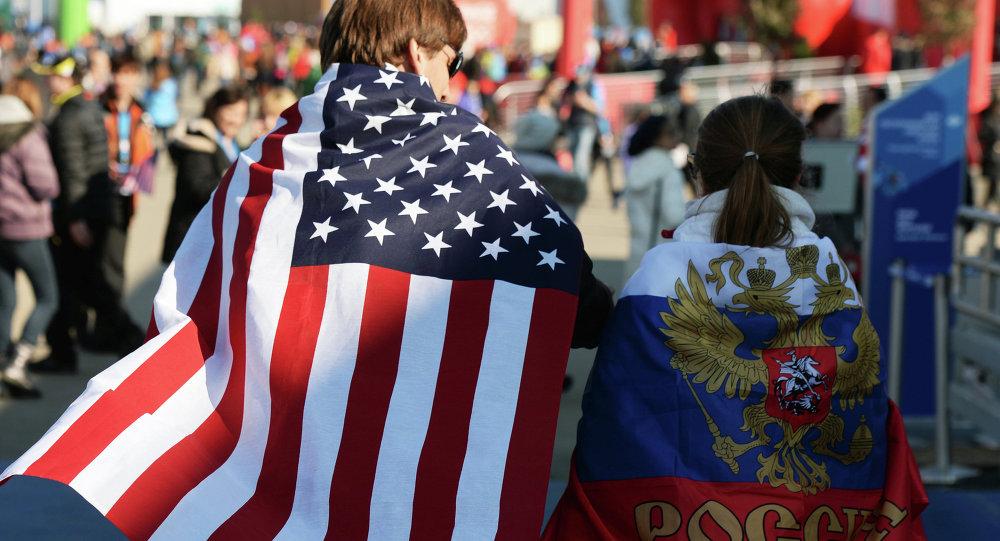 Fanoušci s vlajkami USA a Ruska