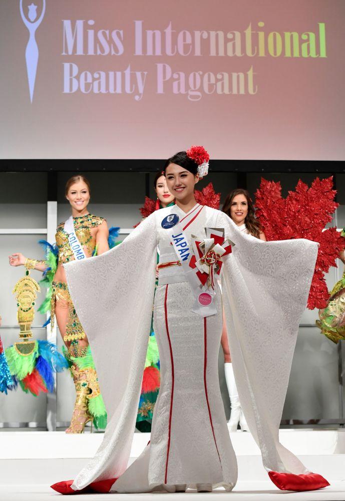 Miss Japonsko Junna Yamagata na přehlídce pro tisk soutěže Miss International Beauty Pageant v Tokiu