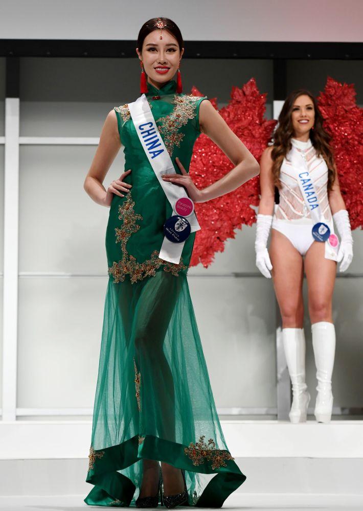 Miss Čína Zhou Xinna (L) na přehlídce pro tisk soutěže Miss International Beauty Pageant v Tokiu