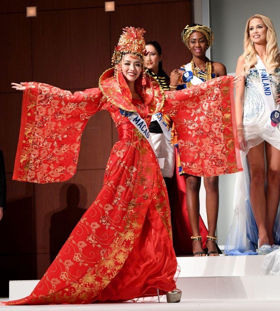 Miss Makao Sulin Ip na přehlídce pro tisk soutěže Miss International Beauty Pageant v Tokiu.