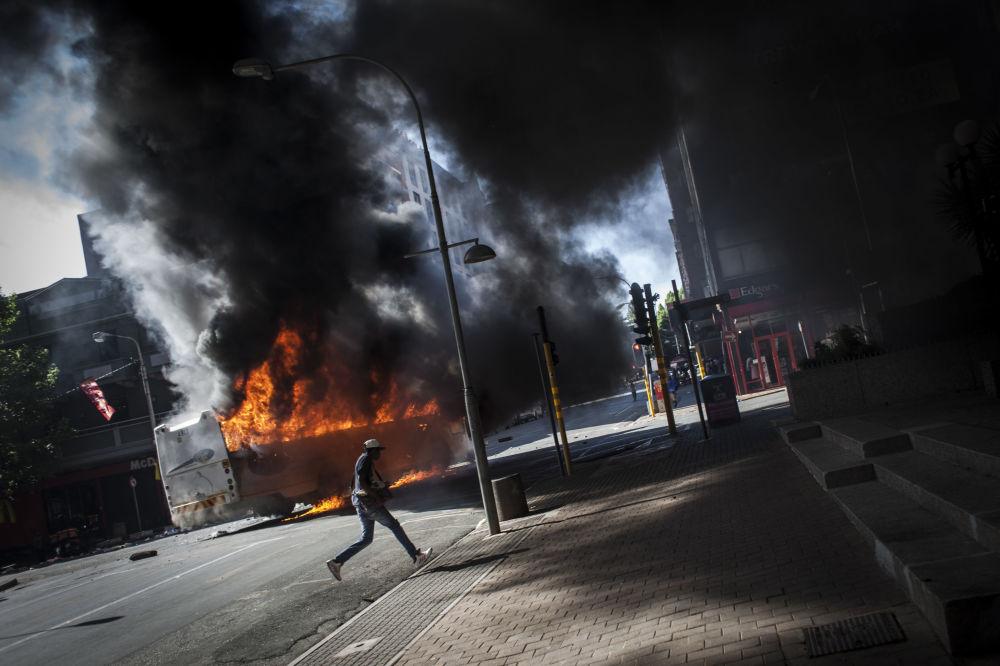 Autobus podpálený v průběhu střetů mezi studenty a policií v Johannesburgu, JAR