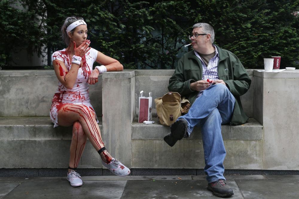 Účastníci celosvětového dne zombie v Londýně