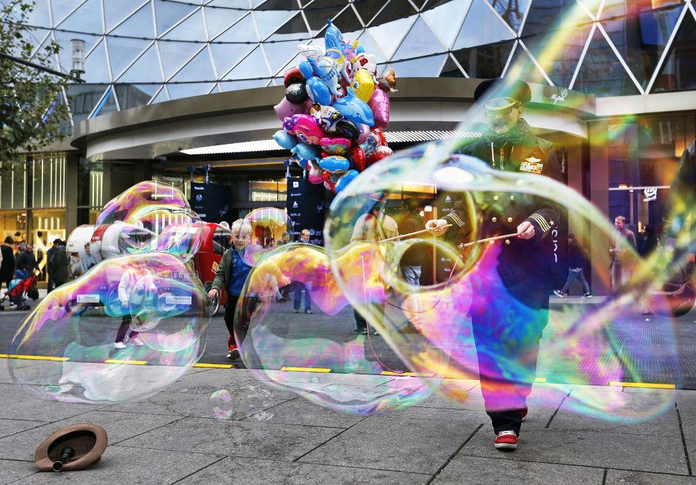 Mýdlové bubliny na hlavní obchodní ulici ve Frankfurtu