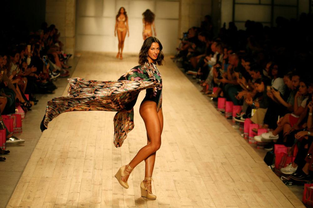 Modelka předvádí kolekci značky Maritima pro sezónu jaro/léto 2017 na týdnu módy v Lisabonu