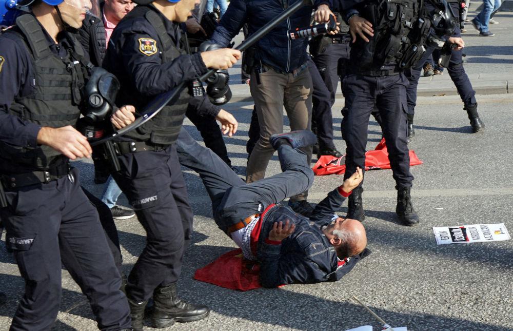 Speciální jednotky turecké policie během střetů s demonstranty na mítinku v den výročí teroristického útoku spáchaného sebevražedným útočníkem před hlavním nádražím v Ankaře
