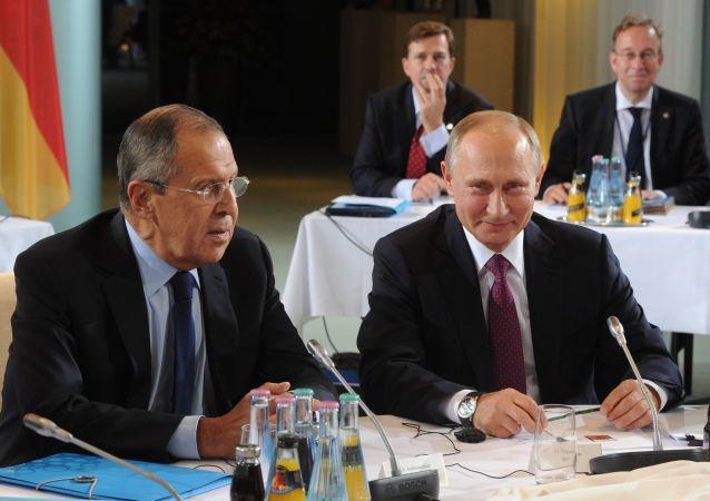 Sergej Lavrov a Vladimir Putin