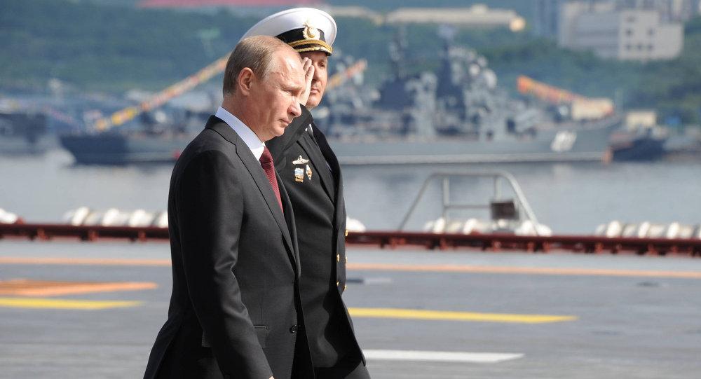 Vladimir Putin na pozadí letadlové lodě Admirál Kuzněcov
