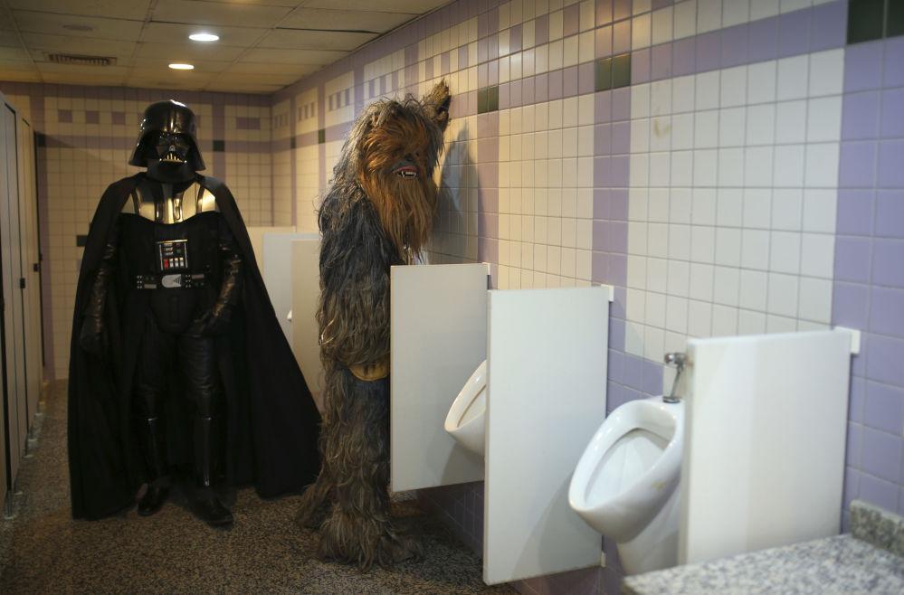 Nadšenci oblečení za Dartha Vadera a Čubaku na pánské toaletě během 53. Antalya Fim Festival v turecké Antálii
