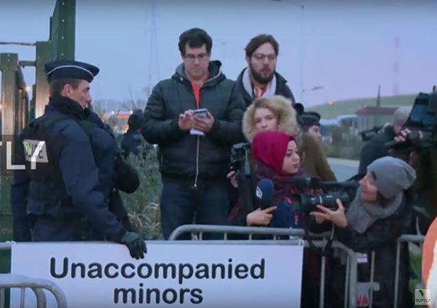 První autobus s migranty z tábora v Calais zamířil do záchytného zařízení