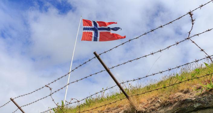 Vlajka Norska za ostnatým drátem
