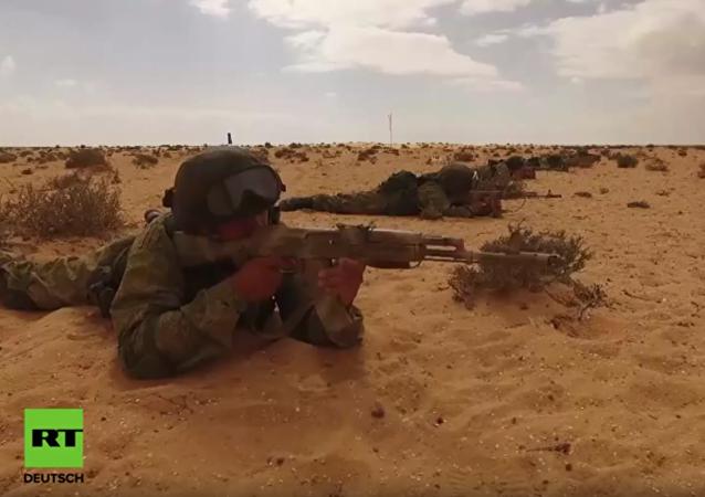 Dron natáčí cvičení ruských parašutistů při cvičném útoku na vojenskou vesnici v Egyptě