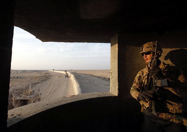 Americký voják ve vojenské základně Qayyara,  25, 10. 2016