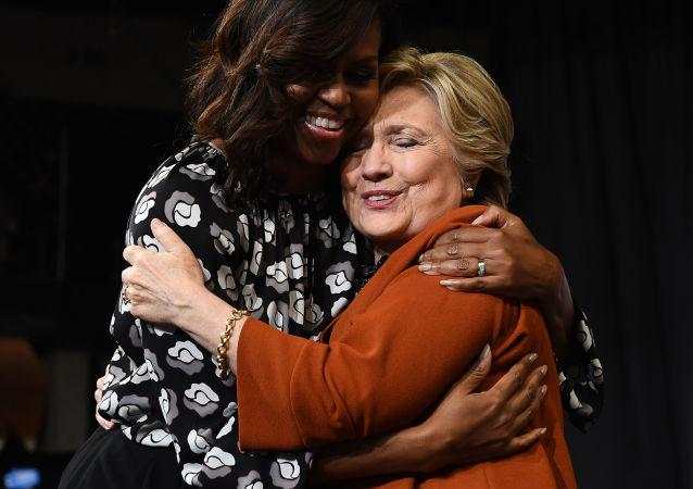 Michelle Obamová a Hillary Clintonová