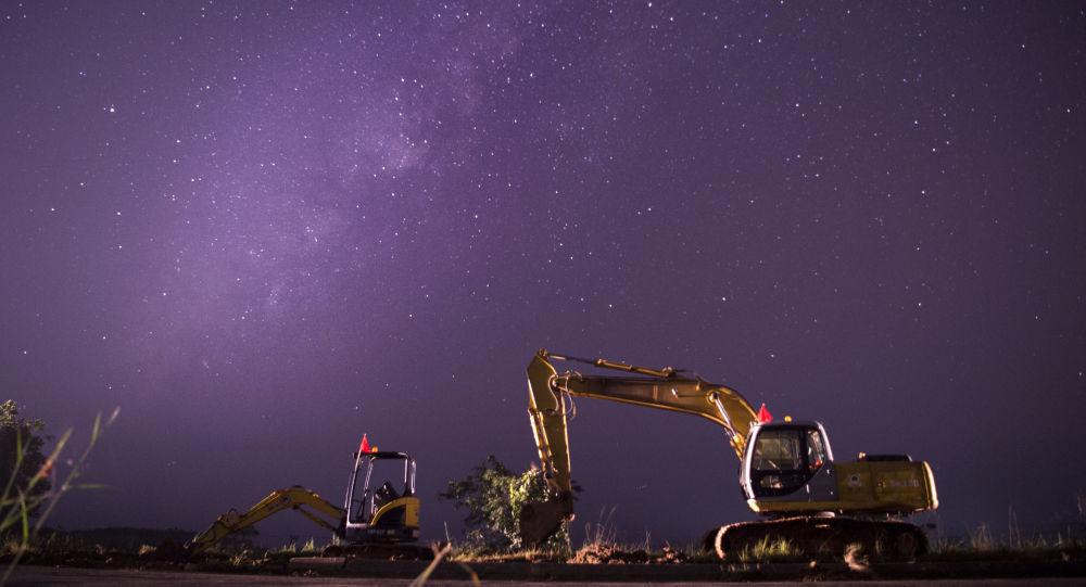 Mléčná dráha v jasném nočním nebi nad staveništěm, Barma