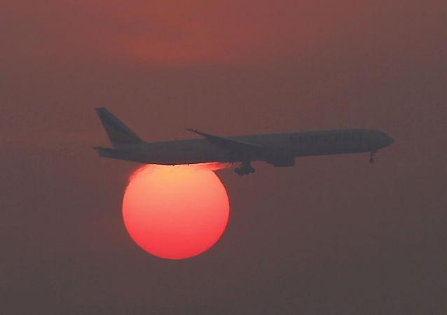 Letadlo na pozadí západu slunce na letišti v Pekingu