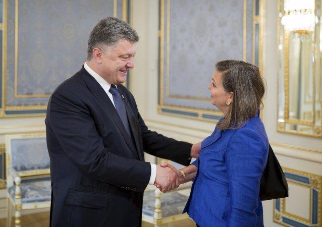 Petro Porošenko a Victoria Nulandová