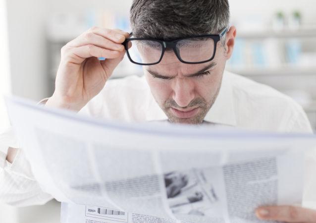 Muž čte noviny