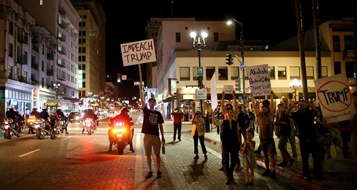 Protesty v San Diegu proti zvolení Donalda Trumpa, listopad 2016.
