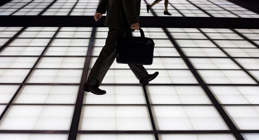 Muž jde do práce v Tokiu