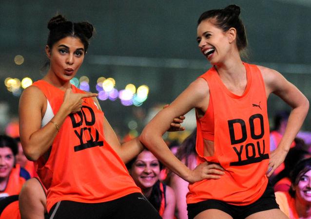 Bollywoodské herečky Jacqueline Fernandes a Kalki Koečlin se účastní flash mobu v Bombaji, Indie