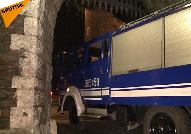 Do Wawelu přijely vozy zvláštní lékařské služby k exhumaci těl Kaczyńských. VIDEO