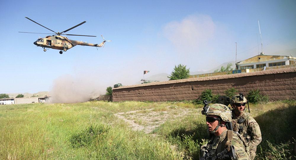 Američtí vojáci a vrtulník Mi-17 v Afghánistánu. Archivní foto