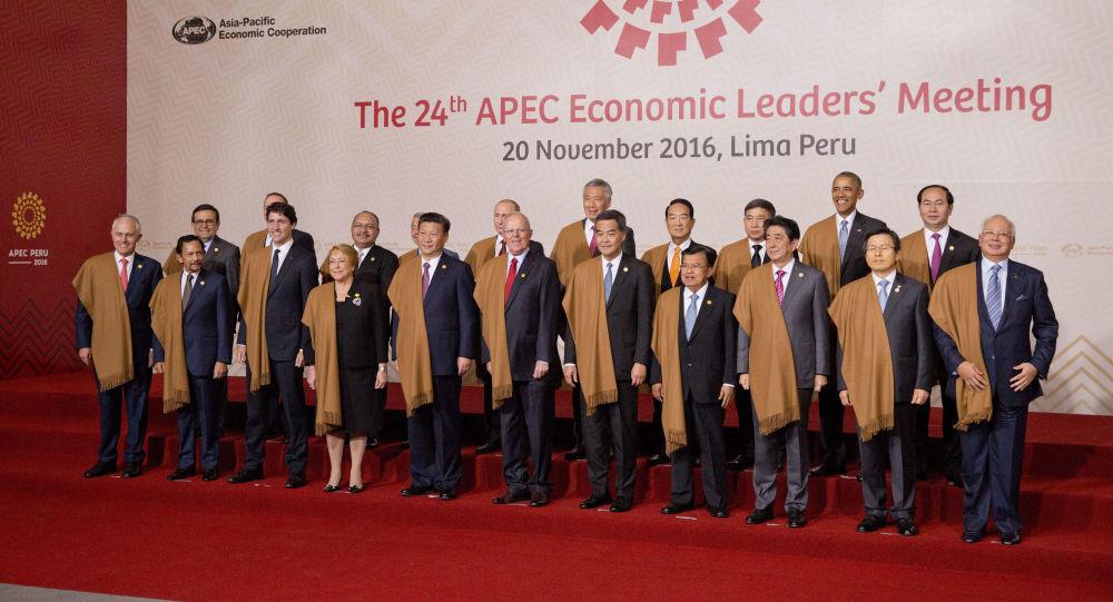 Předáci APEC se dali vyfotografovat v peruánských pláštěnkách z vikuni
