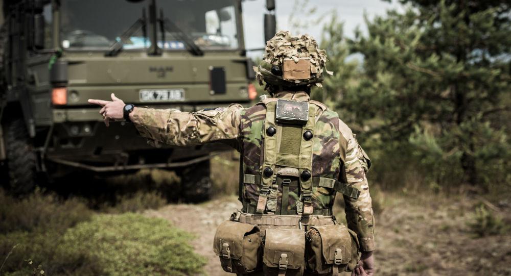 Britský voják na cvičeních v Lotyšsku
