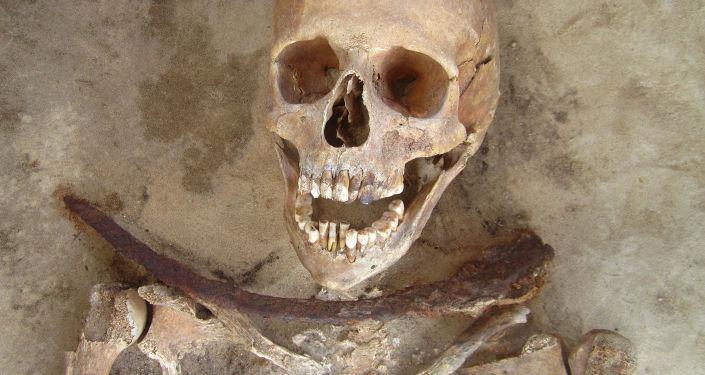 hrob s ostatky člověka